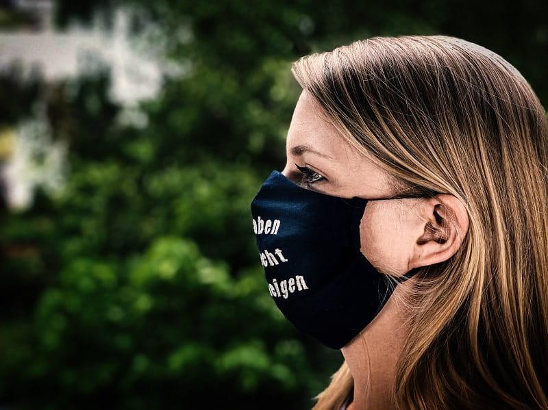 """Maske mit der Aufschrift """"Sie haben das Recht zu schweigen"""" by Katharina Reuschel"""